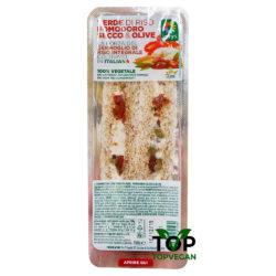 tramezzino vegano con pomodori secchi, olive e formaggio vegan verde riso